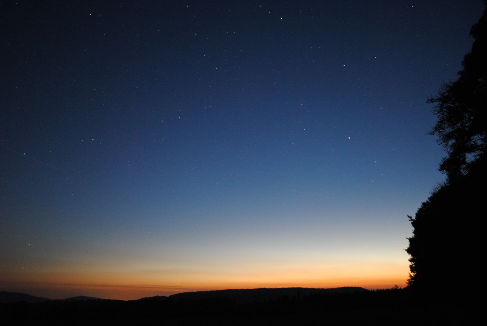 Mit dem Teleskop in der Dämmerung in der Langen Rhön am Schwarzen Moor