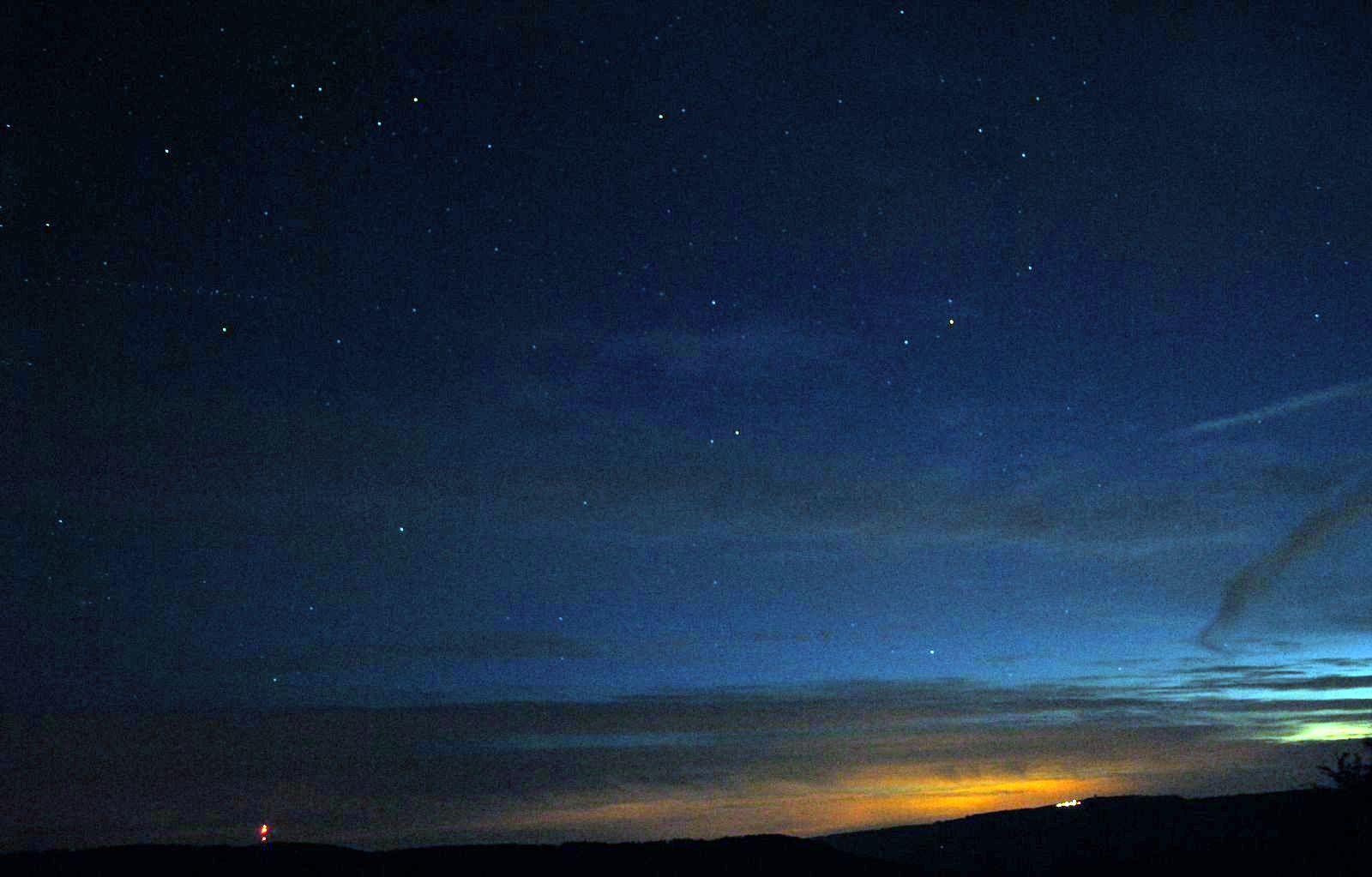 Astronomie in der Langen Rhön Deep-Sky Beobachtung Sender Heidelstein und Wasserkuppe am Horizont